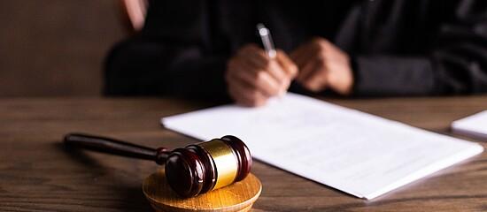 Mesa de um tribunal