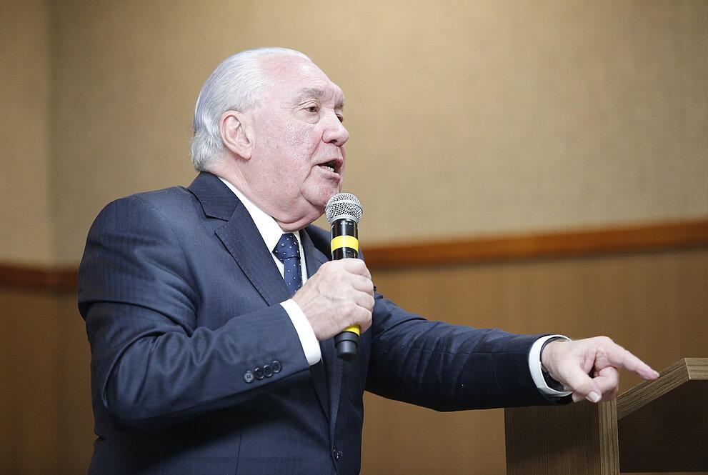 Homem em pé com microfone na mão