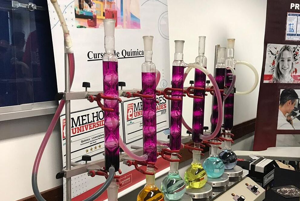 aparatos do laboratório de Química com líquidos em diversas cores